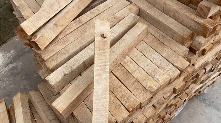 Bề mặt phôi gỗ cao su loại C thường có nhiều vết xử lý.
